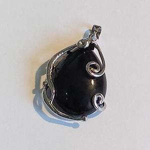 Ónix kabason medál, Ékszer, Medál, Ékszerkészítés, A medált egy fekete ónix 18*25 cm-es kabasonból készítettem. Ezüst színű huzalkosarat hajtogattam rá..., Meska