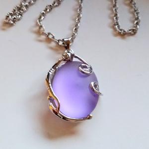 Lila pompa medál, Ékszer, Medál, Ékszerkészítés, A medált egy  lila színű, ovális lunasoft 18*25 cm-es kabasonból készítettem. Ezüst színű huzalkosar..., Meska
