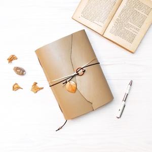 \' Varázserdő \' Karneol Napló / Journal, Naptár, képeslap, album, Otthon & lakás, Jegyzetfüzet, napló, Bőrművesség, Könyvkötés, Ez a gyönyörű napló csak arra vár, hogy megtöltsd a gondolataiddal!\n\nA Karneol ásványgyűrű egyszerre..., Meska