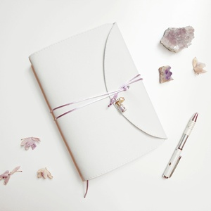 \' BŰBÁJ \' Műbőr Napló A5, Jegyzetfüzet & Napló, Papír írószer, Otthon & Lakás, Bőrművesség, Könyvkötés, Garantálom, hogy imádni fogsz írni ebbe a naplóba!\n\nZáródásként orchidea virágszirmokkal és ezüst cs..., Meska