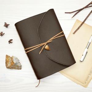 \' KRÉTA \' Moszaszaurusz Műbőr Napló A5, Otthon & Lakás, Papír írószer, Jegyzetfüzet & Napló, Bőrművesség, Könyvkötés, Garantálom, hogy imádni fogsz írni ebbe a naplóba!\n\nZáródásként egy valódi megkövült MOSZASZAURUSZ f..., Meska