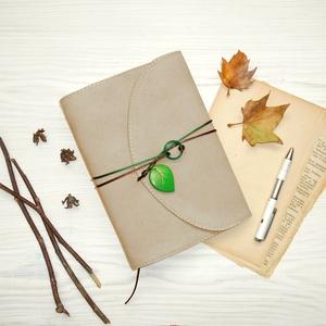 \' Varázserdő \' Zöld Achát Műbőr Napló A5, Otthon & Lakás, Papír írószer, Jegyzetfüzet & Napló, Bőrművesség, Könyvkötés, Ez a gyönyörű napló csak arra vár, hogy megtöltsd a gondolataiddal!\n\nA Zöld Achát ásványgyűrű egysze..., Meska