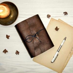 \' Titkok Kulcsa \' Antik VALÓDI BŐR Napló A6 - Égetett első lappal!!!, Otthon & Lakás, Papír írószer, Jegyzetfüzet & Napló, Bőrművesség, Könyvkötés, Antik stílust kedvelőknek! \n\nAz első oldalon gyönyörű KULCS nyomattal:\n~ A megismerést, tudást szimb..., Meska