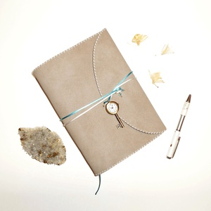 \' VARÁZSÓRA \' Műbőr Napló A5 - Óra függővel!, Otthon & Lakás, Papír írószer, Jegyzetfüzet & Napló, Bőrművesség, Könyvkötés, Ez a gyönyörű napló csak arra vár, hogy megtöltsd a gondolataiddal!\n\nZáródásként egy gyönyörű Kulcs ..., Meska