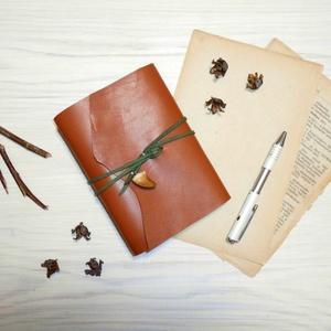 \' KRÉTA \' Moszaszaurusz VALÓDI BŐR Napló A6, Otthon & Lakás, Papír írószer, Jegyzetfüzet & Napló, Bőrművesség, Könyvkötés, Garantálom, hogy imádni fogsz írni ebbe a naplóba!\n\nZáródásként egy valódi megkövült MOSZASZAURUSZ f..., Meska