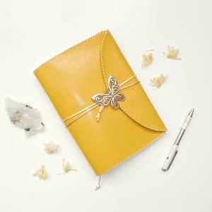 ' Pillangó ' Műbőr Napló / Journal A5 - Világos Mustárságra, Otthon & Lakás, Papír írószer, Jegyzetfüzet & Napló, Ez a gyönyörű napló csak arra vár, hogy megtöltsd a gondolataiddal!  ~ A Pillangó szó ógörögül a Lel..., Meska