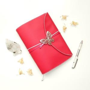 ' Pillangó ' Műbőr Napló / Journal A5 - Pink, Otthon & Lakás, Papír írószer, Jegyzetfüzet & Napló, Ez a gyönyörű napló csak arra vár, hogy megtöltsd a gondolataiddal!  ~ A Pillangó szó ógörögül a Lel..., Meska