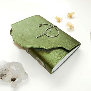 \' Titkok Kulcsa \' Antik VALÓDI BŐR Napló A6 - Égetett szélű első lappal!!!, Otthon & Lakás, Papír írószer, Jegyzetfüzet & Napló, Bőrművesség, Könyvkötés, Antik stílust kedvelőknek! \n\nAz első oldalon gyönyörű KULCS nyomattal:\n~ A megismerést, tudást szimb..., Meska