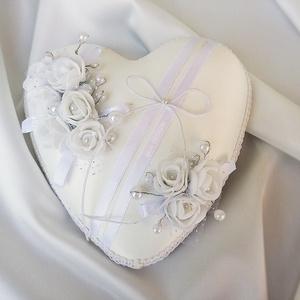 Esküvőre egyedi kézműves gyűrűpárna hófehér-ezüst színben, Esküvő, Esküvői dekoráció, Gyűrűpárna, Nászajándék, Virágkötés, Varrás, Ezüst-fehérben képzelted el a nagy napot? Olyan gyűrűpárnát szeretnél, amit nem csak a nagy napon, h..., Meska