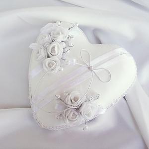 Esküvőre egyedi kézműves gyűrűpárna hófehér-ezüst színben, Gyűrűtartó & Gyűrűpárna, Kiegészítők, Esküvő, Virágkötés, Varrás, A párnára a NEVETEKKEL+A LAGZI DÁTUMÁVAL ellátott szívecskét is rá tudok tenni, kiegészítő tételként..., Meska