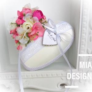 Rózsaszín-tört fehér gyűrűpárna, kézzel hímzett hófehér szalaggal, Esküvő, Esküvői dekoráció, Gyűrűpárna, Nászajándék, Varrás, Virágkötés, Egyedi kézműves gyűrűpárna hófehér selyem alapon, kézzel hímzett virágmintás szalaggal.\n! A szívecsk..., Meska