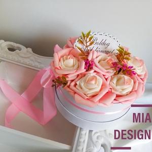 Rózsaszín-tört fehér virágbox , Esküvő, Esküvői dekoráció, Otthon & lakás, Dekoráció, Ünnepi dekoráció, Dísz, Virágkötés, Papírművészet, 17 cm kör átmérőjű szülőköszöntő virágbox, rózsaszín és törtfehér-rózsaszín habrózsák, illetve művir..., Meska