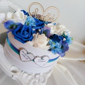 Királykék-fehér szülőköszöntő box, Esküvő, Esküvői dekoráció, Meghívó, ültetőkártya, köszönőajándék, Otthon & lakás, Dekoráció, Ünnepi dekoráció, Szerelmeseknek, Virágkötés, Papírművészet, Királykék-fehérben gondolkodol? Akkor ez a virágbox tökéletes meglepetés lehet:\n- szülőköszöntő aján..., Meska