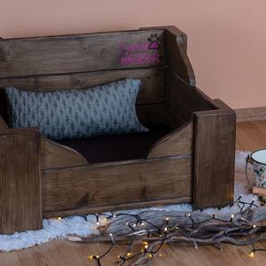 Vintage tömör fa kutyaágy, Állatfelszerelések, Lakberendezés, Otthon & lakás, Kutyafelszerelés, Famegmunkálás, Festett tárgyak, Méretek:\nHosszúság: 55 cm\nSzélesség: 65 cm\nMagasság: 40 cm\n\nRobusztus, megbízható szerkezetű tömör f..., Meska
