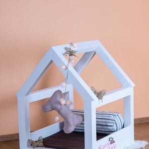 MyHouse tömör fa kutyaágy, Állatfelszerelések, Lakberendezés, Otthon & lakás, Kutyafelszerelés, Famegmunkálás, Festett tárgyak, Méretek:\nHosszúság: 60 cm\nSzélesség: 50 cm\nMagasság: 70 cm\n\nCsempészd be otthonodba a kert feeling-j..., Meska