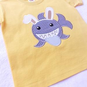 Húsvéti, cápás, applikálással készült, 100% pamut póló, Ruha & Divat, Babaruha & Gyerekruha, Póló, Hímzés, Húsvéti, cápás, 100% pamut póló, mely ideális viselet oviba, délutáni foglalkozásokra, gyermekrendez..., Meska