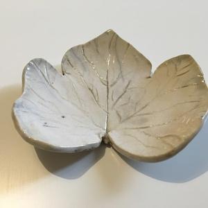 Fehér rakus vagy türkiz kerámia levél, Ékszer, Kerámia, Egyedi kézzel készült, kerámia levél fehér színben, mely raku technikával lett égetve vagy türkiz sz..., Meska