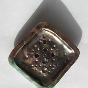 Bronz-türkiz raku szappantartó, Szappantartó, Fürdőszoba, Otthon & Lakás, Kerámia, Raku technikával készült, ezért megimételhetetlen és egyedi. Ettől az égetési technikától kapja féme..., Meska