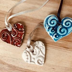 Szív függő díszek, Kerámia, Szobor, Művészet, Kerámia, Egyedi szív díszek\nMéret: fehér és piros - 3,5 x 4 cm\n             Türkiz - 4 x 4,5 cm \n          \nS..., Meska