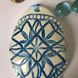 Kék csipkemintás húsvéti kerámia csüngő dísz, Otthon & lakás, Dekoráció, Húsvéti díszek, Ünnepi dekoráció, Lakberendezés, Húsvéti virágkompozícióhoz egyedi kerámia dísz  A szalag variálható ☺️ Méret: 6cm x 8.5cm..., Meska
