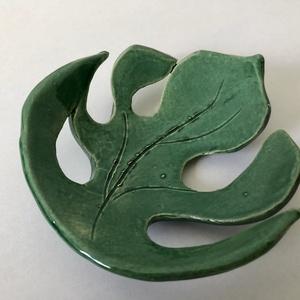 Zöld kerámia pálmalevél gyűrűtányér, Kerámia, Szobor, Művészet, Kerámia, Egyedi pálmalevél gyűrűtányér, az otthon dekorációja\n\nMéret: 10 x 9,5 cm, Meska