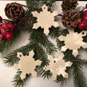 Fehér kerámia hópehely, Karácsony & Mikulás, Kerámia, Fehér agyagból készült kerámia hópelyhek, melyeknek fényét színtelen máz adja.\nAkár ajándék kísérő e..., Meska