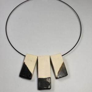 Modern kerámia nyaklánc, Ékszer, Nyaklánc, Kerámia, Laptehnikával készült modern kerámia ékszer. \nMéret: 1,5x3,5 és 1,5x5 cm\n\nMerev acélsodronyon (45cm)..., Meska