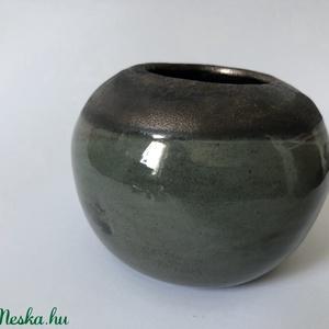 Bronz-zöld mini váza, Otthon & Lakás, Korongozott mini váza, száraz vagy vágott virágnak. Zöld effekt mázzal  Méret: 10x8 cm (száj átmérőj..., Meska