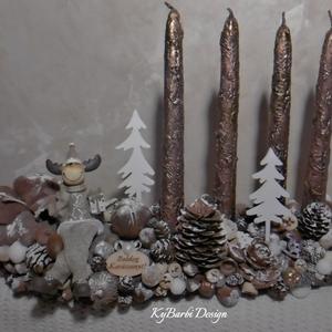 Adventi asztaldísz cuki szarvassal - adventi fahasáb rusztikus gyertyákkal - Adventi asztaldísz, Karácsony, Karácsonyi dekoráció, Otthon & lakás, Dekoráció, Ünnepi dekoráció, Virágkötés, Mindenmás, Fahasáb termésekkel, rusztikus gyertyákkal és egy cuki szarvassal díszítve. \nkb 25 cm\n\nKérheted hozz..., Meska