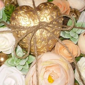 Virágos - szíves asztaldísz - szülinapra - névnapra - pedagógusnapra... egyedi kísérő kártyával, Otthon & lakás, Dekoráció, Dísz, Lakberendezés, Asztaldísz, Csupaszív asztaldísz élethű barack és fehér színű selyemvirágokkal, habrózsákkal, kövirózsákkal, moh..., Meska