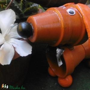 Tacskó - Gazdira várva! - cseréptacsi - kutya - kerti dekoráció - home design, Otthon & lakás, Dekoráció, Lakberendezés, Asztaldísz, Kerti dísz, Kisebb-nagyobb cserepekből és modellező pasztából készült ez a vidám, virágkedvelő kis tacsi. Méltó ..., Meska