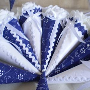 Köszönőajándék - vendégajándék - esküvő - esküvői minicsokrok - kékfestő virágtölcsérek - mini virágtölcsérek, Esküvő, Meghívó, ültetőkártya, köszönőajándék, Esküvői dekoráció, Egyedi esküvői vendégajándék / köszönőajándék mini virágtölcsérek formájában. Kis habrózsákkal díszí..., Meska
