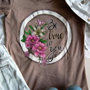 """Be True - kézzel festett póló, Táska, Divat & Szépség, Ruha, divat, Női ruha, Póló, felsőrész, Festészet, Festett tárgyak, Ez az igazán egyedi kézzel festett póló remek ruhadarab (ajándék) :-). A felirat magyar jelentése \""""L..., Meska"""