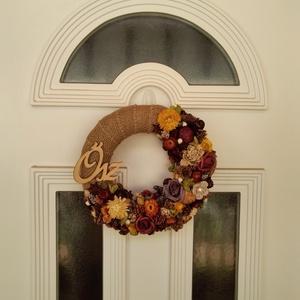 Őszi ajtódísz, Ajtódísz & Kopogtató, Dekoráció, Otthon & Lakás, Virágkötés, 25 cm szalmaalapot vontam be juta szalaggal. Bőven díszítettem száraztermésekkel, habrózsákkal, fa \'..., Meska
