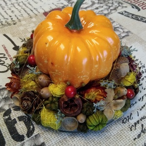 Halloween tök asztaldísz , Asztaldísz, Dekoráció, Otthon & Lakás, Virágkötés, 15 cm átmérőjű üveg tál alapon 11 cm max. magasságú kis asztaldísz. Halloween tök körbe díszítve szá..., Meska