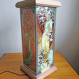 Hangulatlámpa-Mucha - Évszakok, Otthon & lakás, Lakberendezés, Lámpa, Hangulatlámpa, Üvegművészet, Dekoratív hangulatlámpa, LED izzóval.\nAlakja: négyzetalapú hasáb\nÜveg méret: 11,5 x 30,5 cm (3mm). A..., Meska