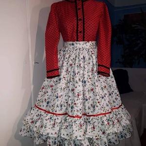 Szatmári viselet , Szoknya, Női ruha, Ruha & Divat, Varrás, Szatmári viselet.\nEzúttal piros alapon, fekete díszítéssel. A kötény pedig világos, apró virágokkal...., Meska