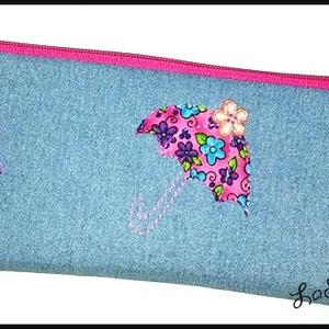 Farmer-pink esernyős tolltartó, Tolltartó & Ceruzatekercs, Papír írószer, Otthon & Lakás, Varrás, Újrahasznosított alapanyagból készült termékek, A tolltartó farmerből készült.  Díszítésként pink virágos esernyőt és virág gombot tettem rá.\nBélésa..., Meska