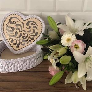 Szív alakú fehér horgolt díszdoboz, Díszdoboz, Dekoráció, Otthon & Lakás, Horgolás, 22 cm szív alakú faalapra , minőségi pólófonalból horgolt díszdoboz. \nMagasság 10 cm , Meska