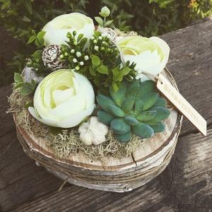 Kerti hangulat fehér, Otthon & Lakás, Dekoráció, Asztaldísz, Virágkötés, 20 cm-es fa szeletre készített asztaldísz.\nGyönyörű lakásdekoráció.\nA virágok nem élőek., Meska