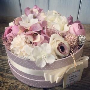 Virág box, Otthon & Lakás, Dekoráció, Asztaldísz, Virágkötés, 20 cm-es virágokkal díszített box. Tökéletes ajándék bármilyen alkalomra. Üdvözlő kártya kérhető rá...., Meska