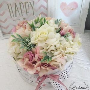 Virág box, Dekoráció, Otthon & lakás, Lakberendezés, Asztaldísz, Virágkötés, 20 cm-es virágokkal díszített box. Tökéletes ajándék bármilyen alkalomra. Üdvözlő kártya kérhető rá...., Meska
