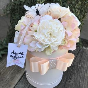 Barack virágbox Anyák napjára, Otthon & lakás, Dekoráció, Lakberendezés, Asztaldísz, Virágkötés, Mérete: 20x28cm\nA virágok nem èlők.\nBármilyen alkalomra kérhető., Meska