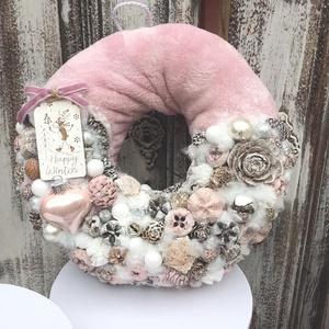 Rózsaszín szőrmés ajtódísz, Otthon & Lakás, Karácsony & Mikulás, Karácsonyi kopogtató, Virágkötés, Mérete: 23cm, Meska