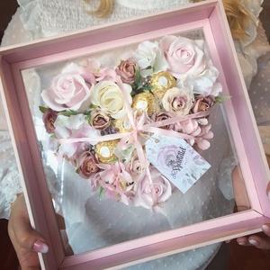 Szív virágbox meglepetéssel, Otthon & Lakás, Dekoráció, Díszdoboz, Virágkötés, Mérete: 30x30cm\nA virágok nem élőek.\nFerrero Rochert tartalmaz a virágbox., Meska