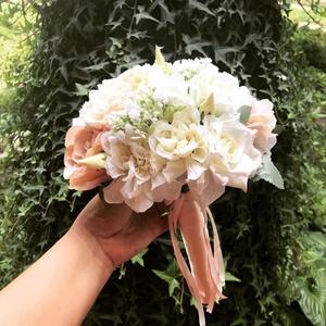 Barack menyasszonyi csokor, Esküvő, Menyasszonyi- és dobócsokor, Menyasszonyi- és dobócsokor, Virágkötés, A virágok nem élőek, de nagyon élethűek.\nAlkalmas esküvői csokornak, dobó csokornak és koszorúslàny ..., Meska