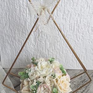 Különleges menyasszonyi csokor, Esküvő, Menyasszonyi- és dobócsokor, Menyasszonyi- és dobócsokor, Virágkötés, A virágok nem élőek, de nagyon élethűek.\nAlkalmas esküvői csokornak, majd kèsőbb a lakás dísze lehet..., Meska