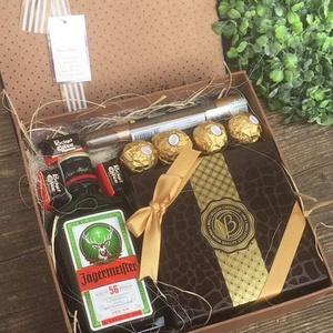 Szülinapi ajándék box, Otthon & Lakás, Dekoráció, Díszdoboz, Virágkötés, Mérete: 20cm\nTartalmaz:\n 1db 0,2l Jägermeister\n4db Ferrero rocher \n3db Pocket coffee\n1db Szivar\n1db ..., Meska