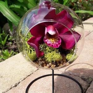 Orchidea agyagvirág, üveg gömbben, állványon, Dekoráció, Otthon & lakás, Dísz, Képzőművészet, Esküvő, Szobrászat, Festett tárgyak, 1 fej orchidea, üveg gömbben, állványon.\nA gömb átmérője 10 cm, az állvány 20 cm magas.\nA virág mind..., Meska