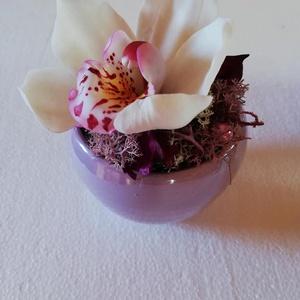 Cymbidium orchidea agyagvirág kaspóban, Képzőművészet, Otthon & lakás, Vegyes technika, Festett tárgyak, 1 fej Cymbidium orchidea levegőn száradó agyagból készült, olajfestékekkel lett megfestve.\nA virág n..., Meska